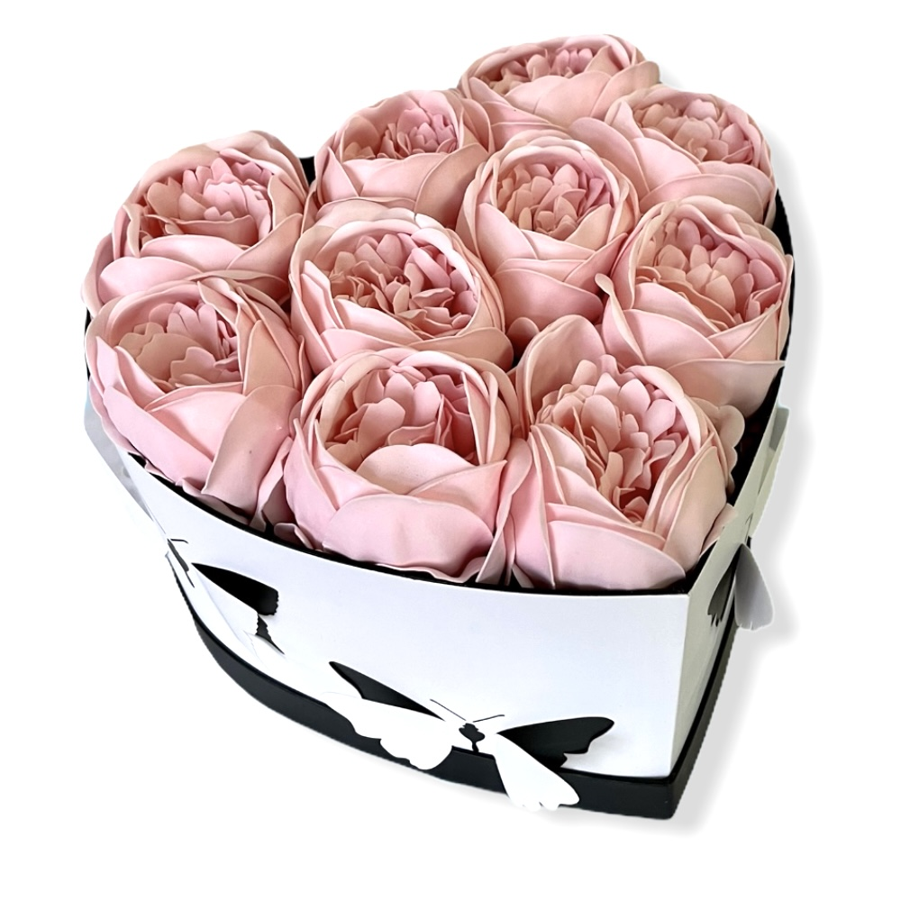 Kvetinový box v tvare srdca s motýľmi a pivonkami