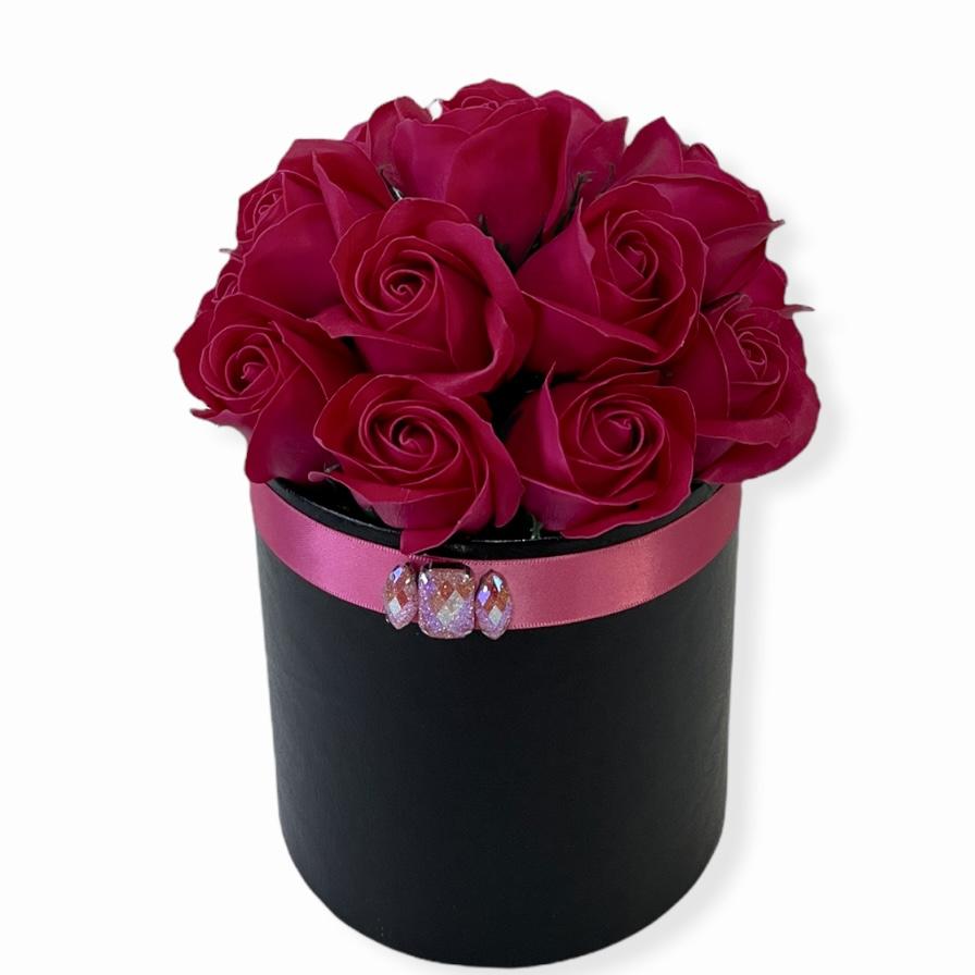Cyklámenové ruže v čiernom koženkovom boxe