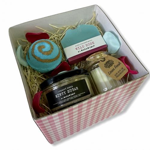 Darčeková krabička so sviečkou a prírodnou kozmetikou