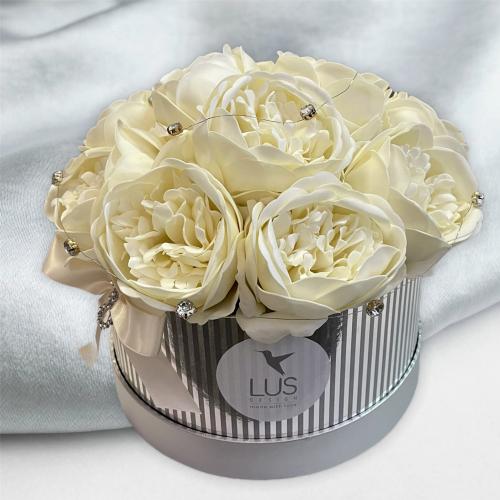 Strieborný flower box s veľkými pivonkami
