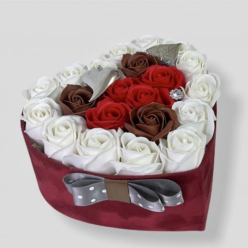 Sametové bordové srdce s ružami a striebornými doplnkami