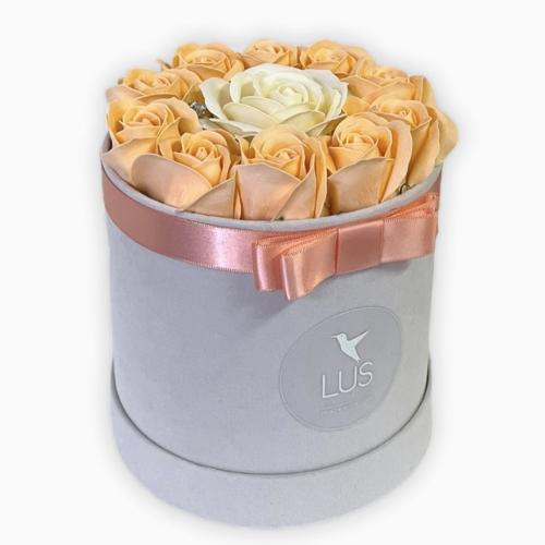 Sametový flower box s marhuľovými ružami Dalia