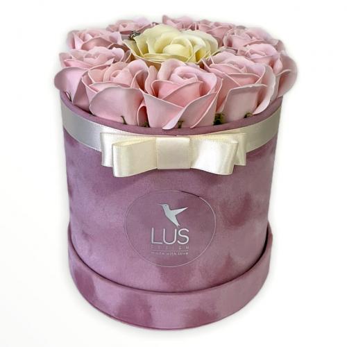 Sametový flower box s bledoružovými ružami Daisy