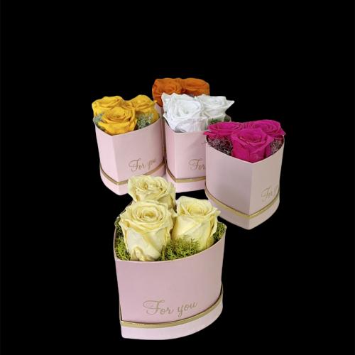Srdcový boxík s tromi menšími ružami