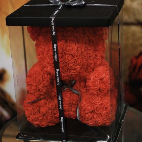 Veľký červený medveď z ruží