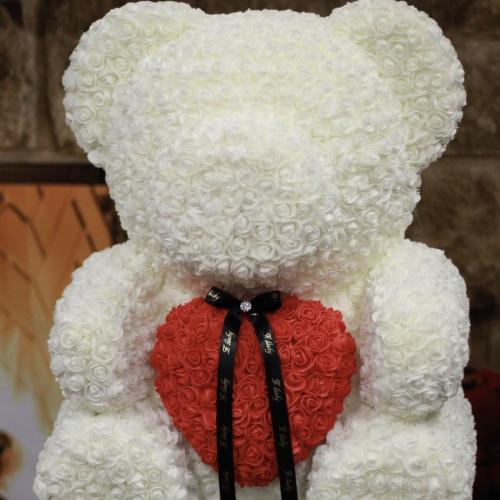 Veľký biely medveď so srdiečkom z ruží